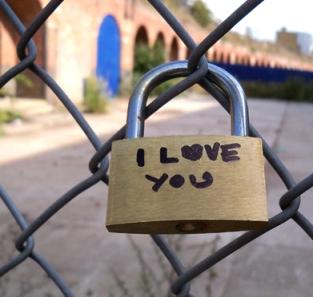 Love-locks-of-Shoreditch_detail2_by-Amy-FreebornEDIT